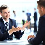 Vor allem bei Finanzgeschäften ist ein sicheres Auftreten unerlässlich. Der dunkle Anzug und die Krawatte sind die Arbeitskleidung von Bankkaufleuten und Versicherern.