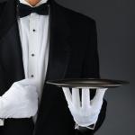 Der Smoking kommt vor allem bei offiziellen Anlässen zum Vorschein und wird von Gästen und Personal getragen. Zur Unterscheidung trägt das Personal oft eine schwarze Fliege, während Gäste auf die Farbe weiß zurückgreifen.