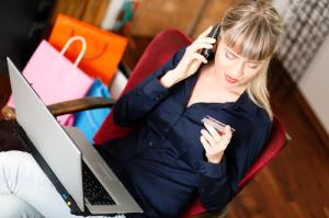 Frau liest Zahlen von ihrer Kreditkarte ab