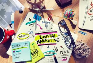 Schreibtisch mit Tools und Notizen zu Digital Marketing