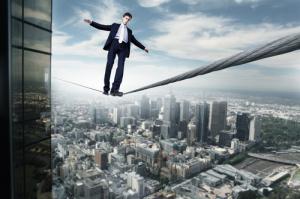 Geschäftsmann der auf einem Seil balanciert
