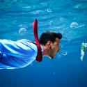 Geschäftsmann der einem Köder hinterher schwimmt