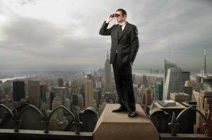 Geschäftsmann sucht nach einer Strategie