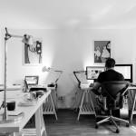 Der ideale Arbeitsplatz im Büro zeichnet sich nicht nur durch bequemes Sitzen, sondern auch die Möglichkeit aus, im Stehen zu arbeiten. Zu diesem Zweck sind verschiedene Tische höhenverstellbar. Bildquelle: © toocapic Pixabay.com – (CC0 1.0)