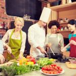 Beim gemeinsamen Kochen gilt es ebenfalls, die einzelnen Arbeitsabläufe zuzuteilen und zu koordinieren. Bildquelle: fotolia.com © Syda Productions