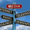 Straßenschild mit verschiedenen Medienplattformen