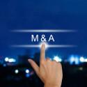 hand drückt M&A oder Merger und Acquisition knopf auf einem Touch screen