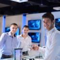 Junge Männer in einem elektronic Fachhandel