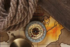 Kompass und Seil auf einer alten Seekarte