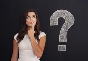 Junge Frau mit Fragezeichen