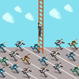 eine Menge von Geschäftsleuten rennt umher während ein einzelner Geschäftsmann auf eine Leiter klettert