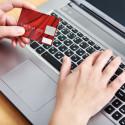 Frau an einem Laptop mit einer Kredit Karte
