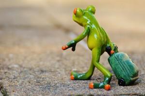 keramik Frosch mit Koffer