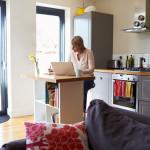 Home Office hat immense Vorteile – funktioniert aber nur mit Selbstdisziplin und wenn ein eigener Raum als Arbeitsplatz zur Verfügung steht. Der Laptop auf der Küchenzeile ist also eine Sackgasse. Bildquelle: fotolia.com © Monkey Business