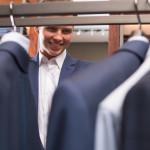 Um Selbstdisziplin im Home-Office zu wahren, kann es helfen, auch dort Business-Kleidung zu tragen und erst über Wochen allmählich zu Legerem überzugehen. Bildquelle: fotolia.com © LuckyImages