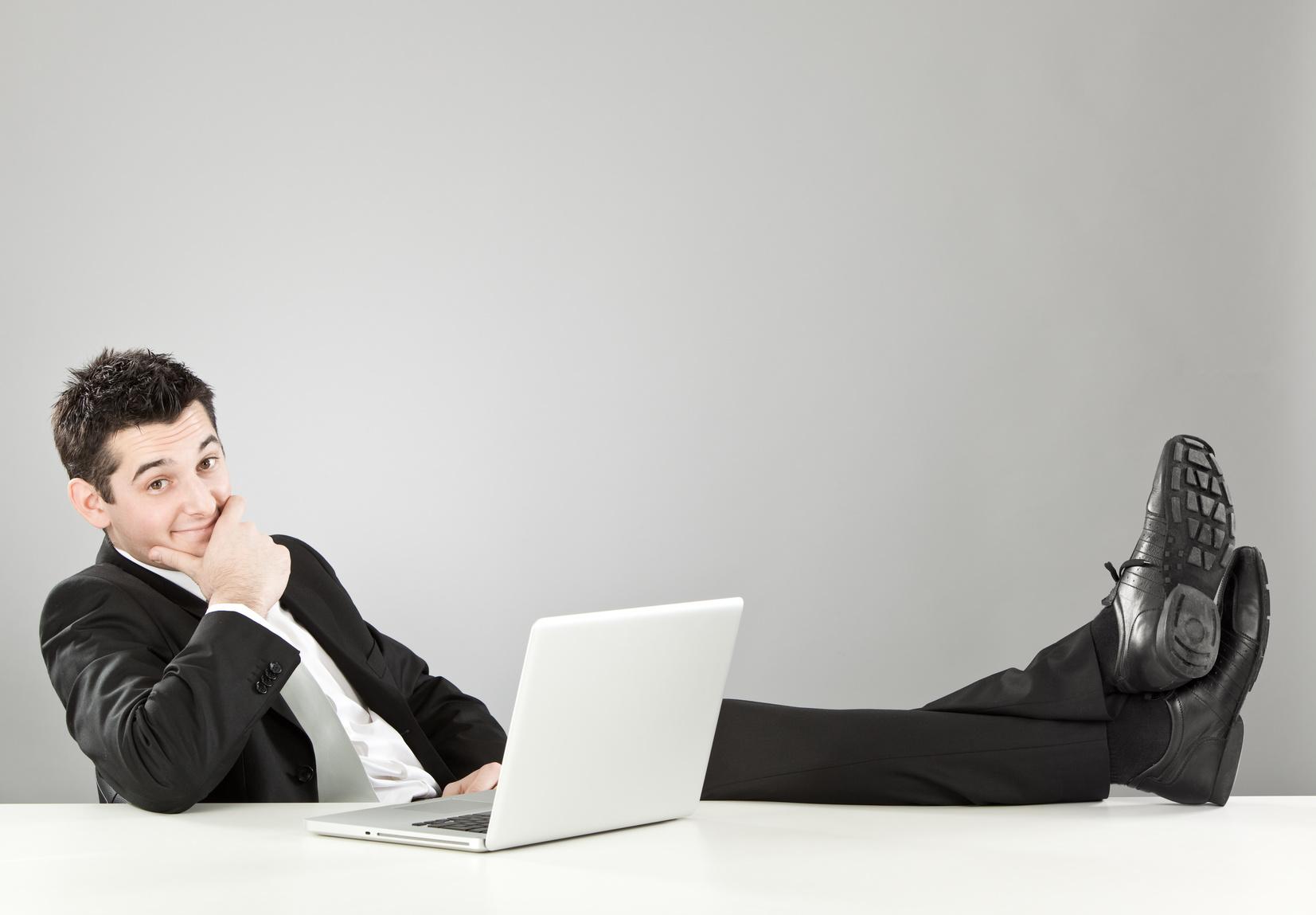 So wie dank Digitalisierung heute in den meisten Firmen nichts ohne PC mehr funktioniert, muss sich auch die Arbeit an sich der Zukunft anpassen: Und die erfordert, dass immer bessere Leistung erbracht werden muss, ohne dass Mitarbeiter leiden. Bildquelle: fotolia.com © ZoneCreative