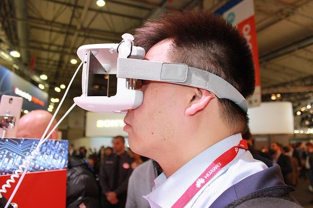 Als Head-Mounted Display, kurz HMD, wird ein auf dem Kopf getragenes visuelles Ausgabegerät bezeichnet. Abhängig von der Erscheinung nennt man das HMD auch Videobrille, Helmdisplay oder VR-Helm.