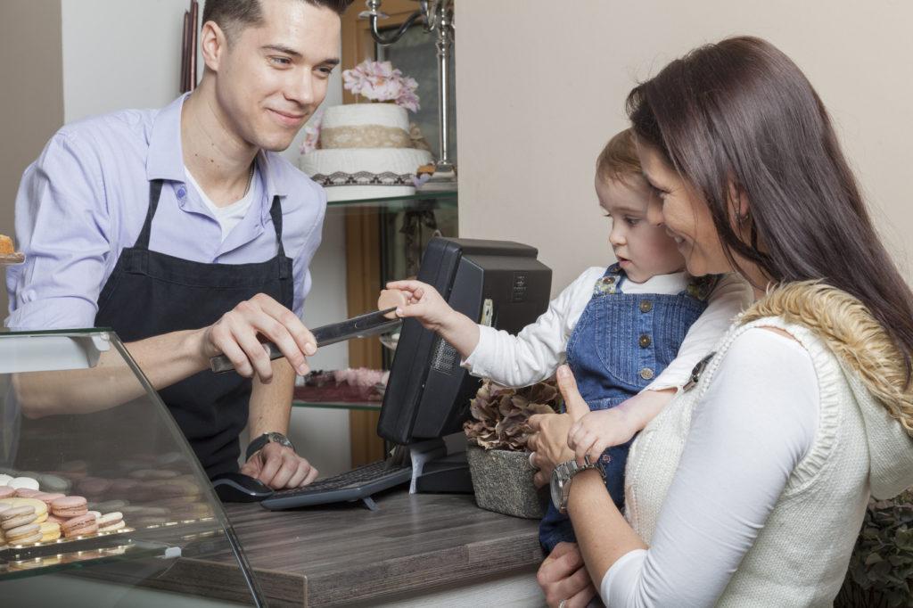 Kleine Geschenke erhalten die Freundschaft – ein Dankeschön nach dem Einkauf kommt sowohl bei großen als auch kleinen Kunden gut an. Bildquelle: Fotolia