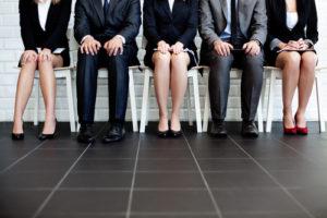 Leute die auf ein Bewerbungsgespräch warten