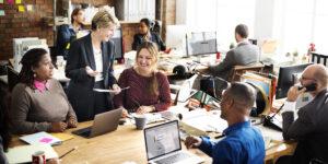 Business Team diskutiert im Büro
