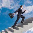 Geschäftsmann läuft Treppen herauf