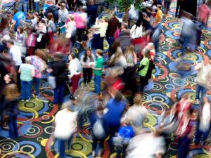 Menschen menge in einer Messe Halle