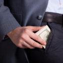 Geld in einer Hosentasche