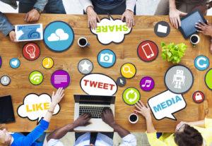 Gruppe verschiedene Leute, die über Social Media sich besprechen