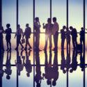 Gruppe Geschäftsleute, die im Büro arbeiten
