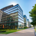 Weg mit modernen Bürogebäuden in Budapest