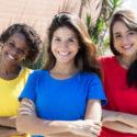 Drei glückliche Mädchen mit bunten T-shirts