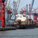 Hafen mit Frachtschiff