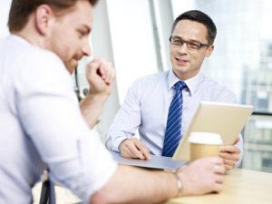 Unternehmensleute, die Geschäft im Büro besprechen