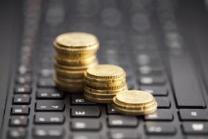 Münzstapel auf einer Tastatur