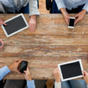 Business-Team mit Smartphones und Tablet-PCs