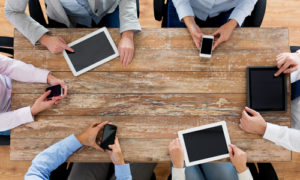 Business-Team mit Smartphones und Tablet-PCs