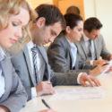 Junge Geschäftsleute, die Antragsformular unterzeichnen