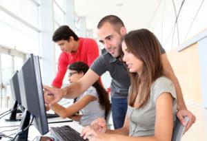 Gruppe junger Leute im Ausbildungskurs