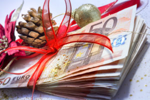Weihnachtsgeschenk mit Euroscheinen