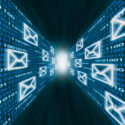 E-Mail-Symbole, die entlang Wände des Binärcodes fliegen
