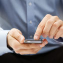 Nahaufnahme eines Mannes mit Smartphone