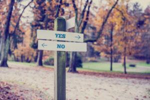 """Holzbalken mit Aufschrift """"Yes"""" und """"No"""""""