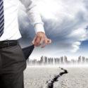 Geschäftsmann, der seine leeren Taschen zeigt (Finanzkrisenkonzept)