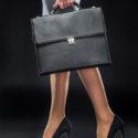 Geschäftsfrau, die Aktenkoffer hält