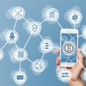 Blockchain und bitcoin Konzept sichtbar gemacht durch Handy und blauen Hintergrund