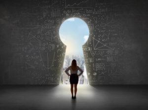 Geschäftsfrau, die Schlüsselloch mit hellem Stadtbildkonzept betrachtet