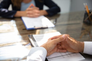 Businessmann sitzt mit Businessfrau am Schreibtisch