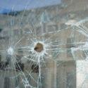 Einschusslöcher im Fenster eines Geschäfts in Dnepropetrovsk