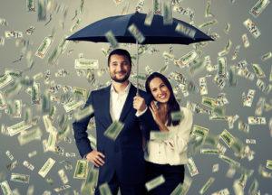 Pärchen unter Geldregen