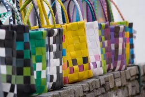 Upcycling, hier Handtaschen aus dem Verschnitt von Gurtmaterialien, ist ein kostengünstiger Weg, aus Umweltschutz Profit zu generieren. fotolia.com © alho007